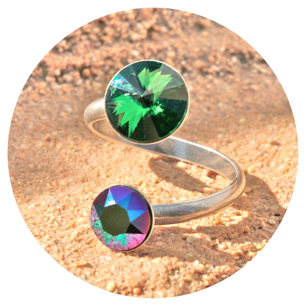 artjany Ring mit crystals in emerald & scarabeus
