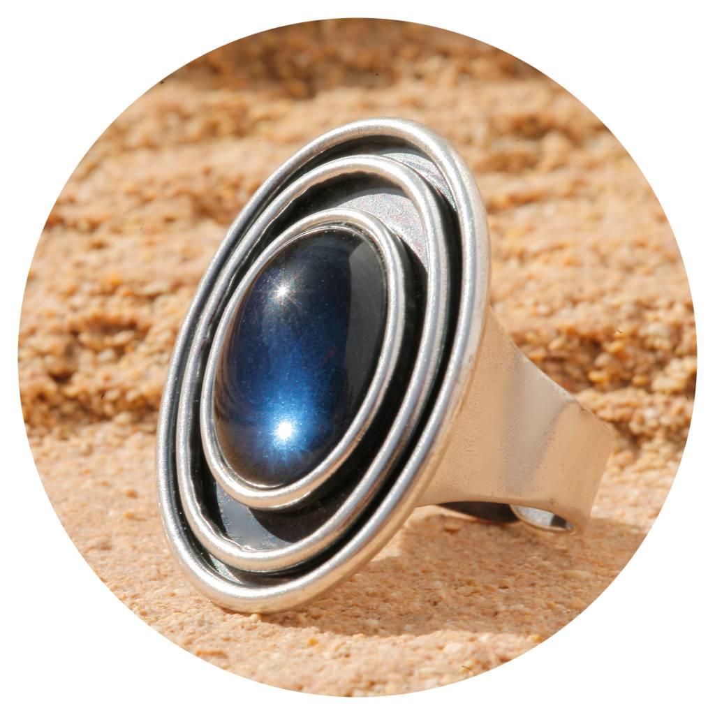 artjany Ring mit einem Cabochon in montana