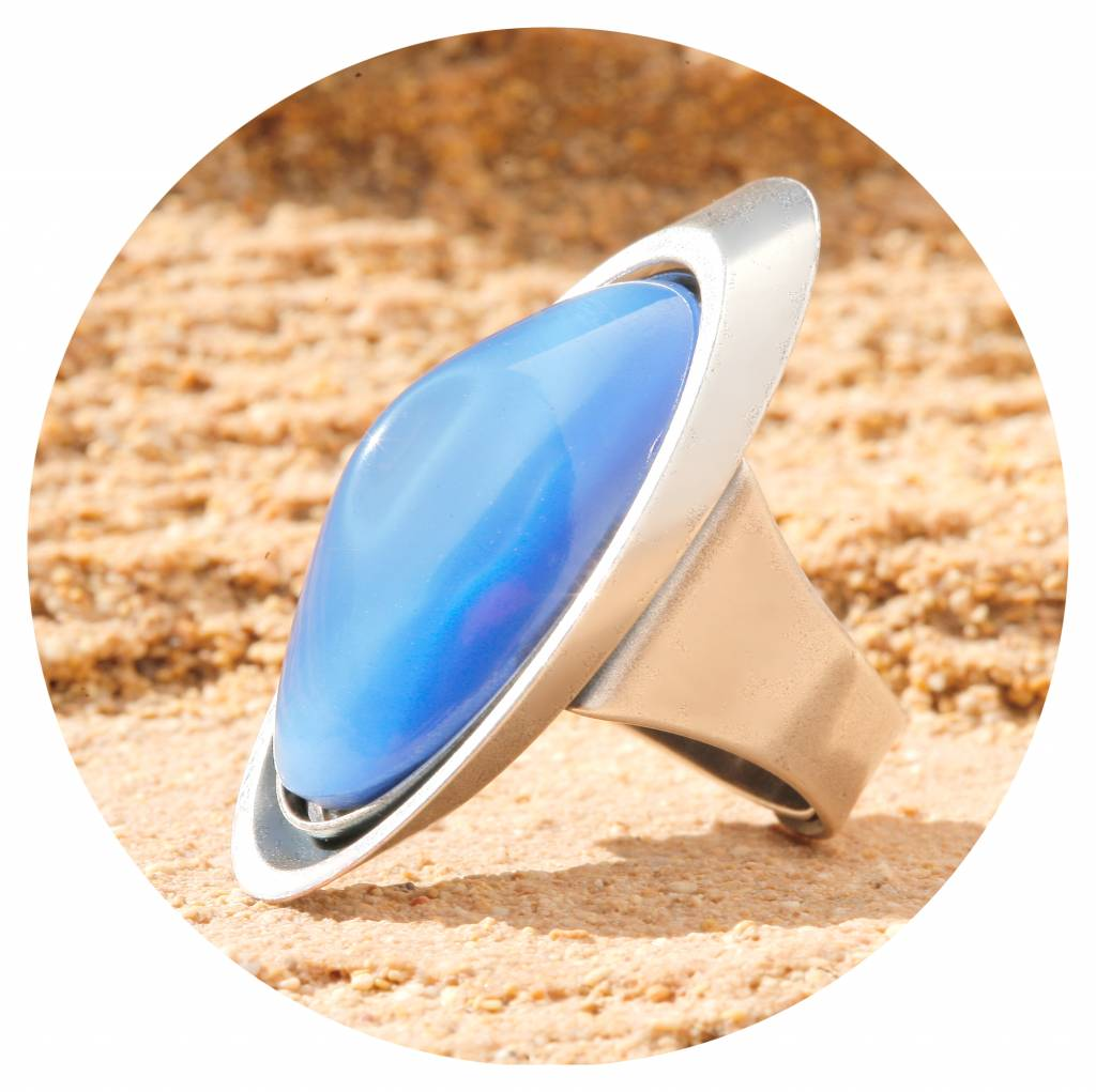 artjany Ring mit einem Cabochon in seidenblau