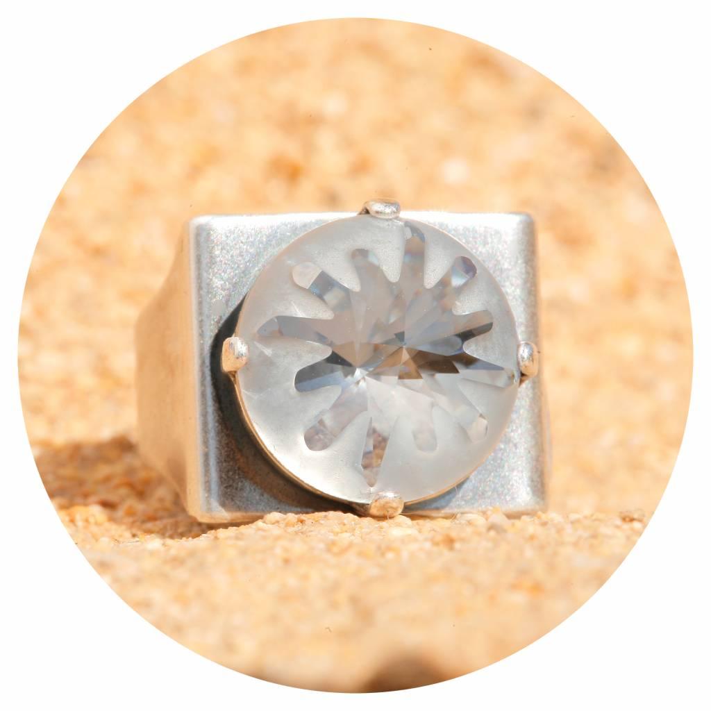 artjany Ring mit einem crystal designed by Celine Costeau