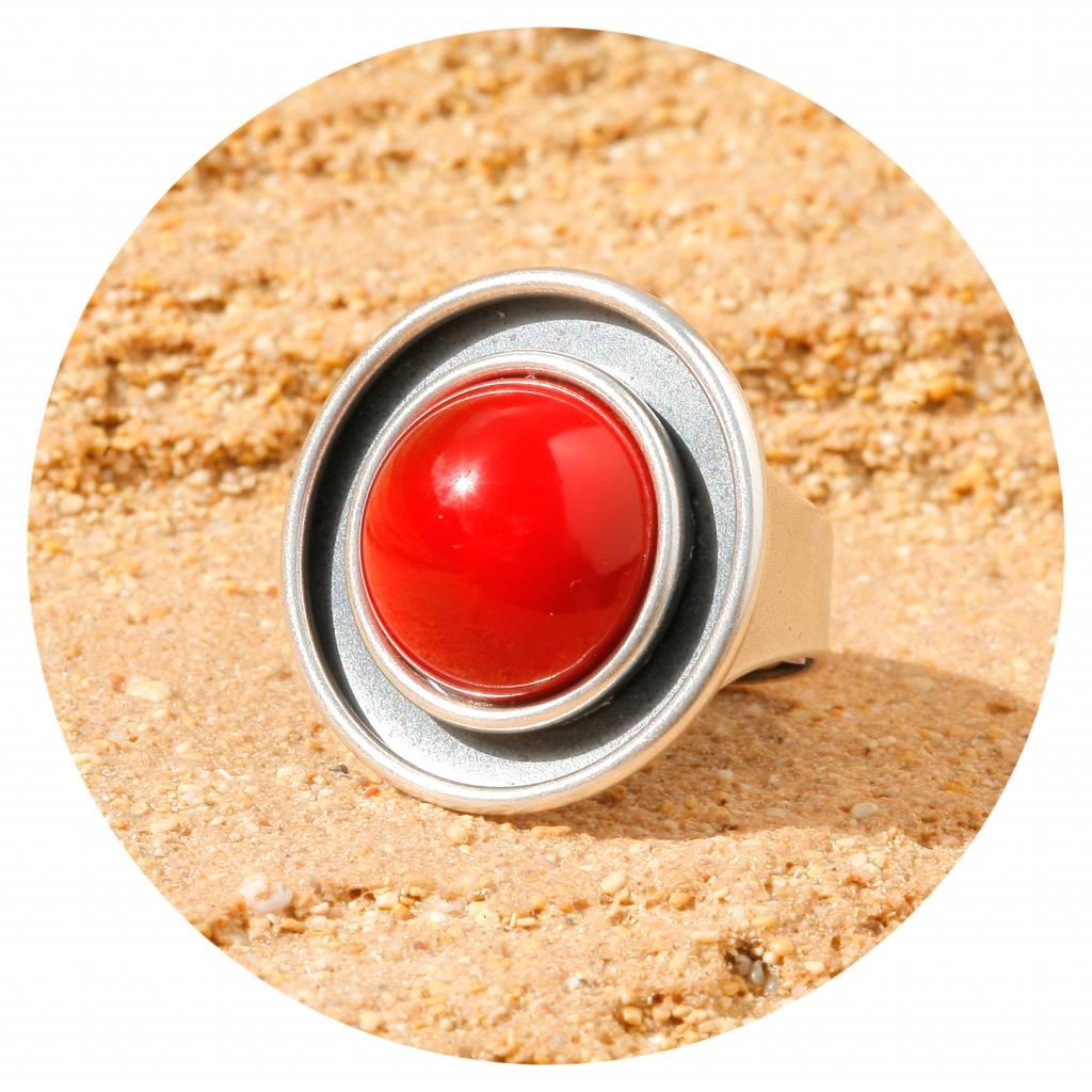 Ring mit einem Cabochon in coral red