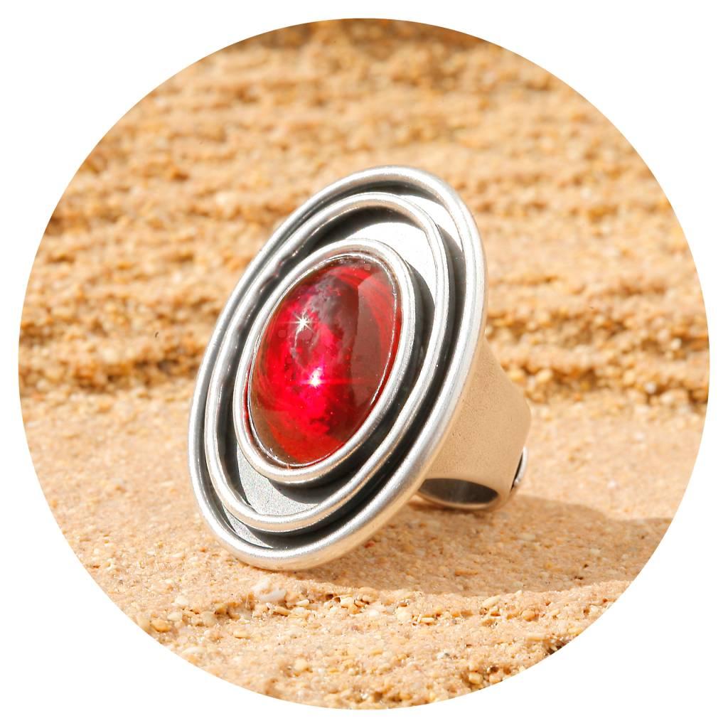 artjany Ring mit einem Cabochon in rot
