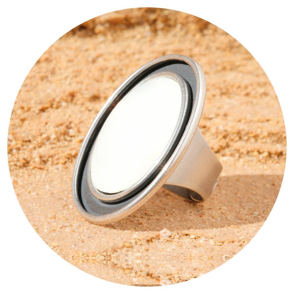 artjany Ring mit einem ovalen XL Cabochon inwhite opal