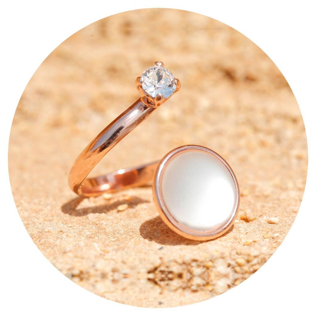 artjany Ring mit einem Cabochon und einem crystal