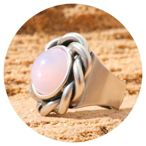 artjany Ring mit einem Cabochon in rose water opal