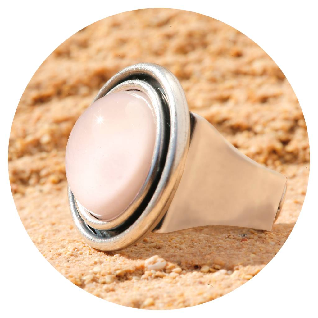 artjany Ring mit einem Cabochon in nude