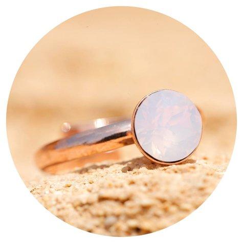 artjany Ring mit einem crystal in rose water opal