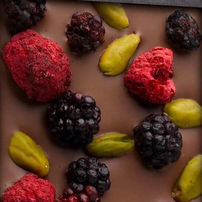 - ENTRÉE | Milchschokolade, Bronte Pistazien, Brombeere, Himbeere