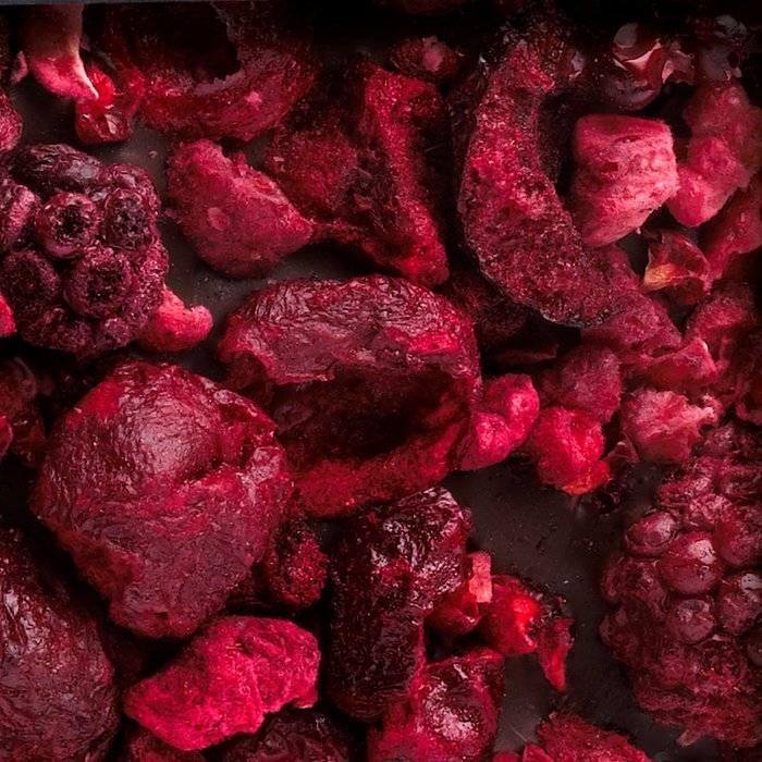 - CARRÉ | Dunkle Schokolade mit Süßstoff, Brombeere, Sauerkirsch, Himbeere