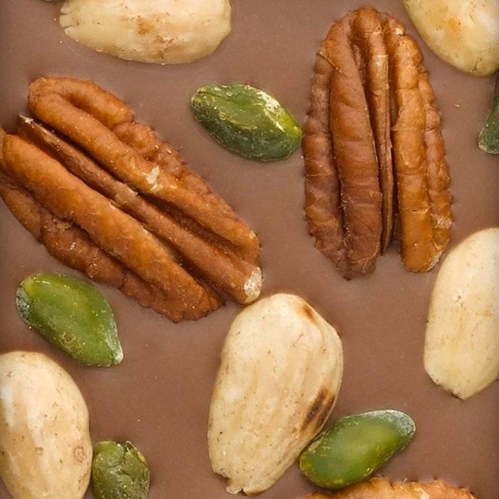 - CARRÉ | Milchschokolade 40% mit Pecanüsse, Pistazien aus Bronte, Mandeln