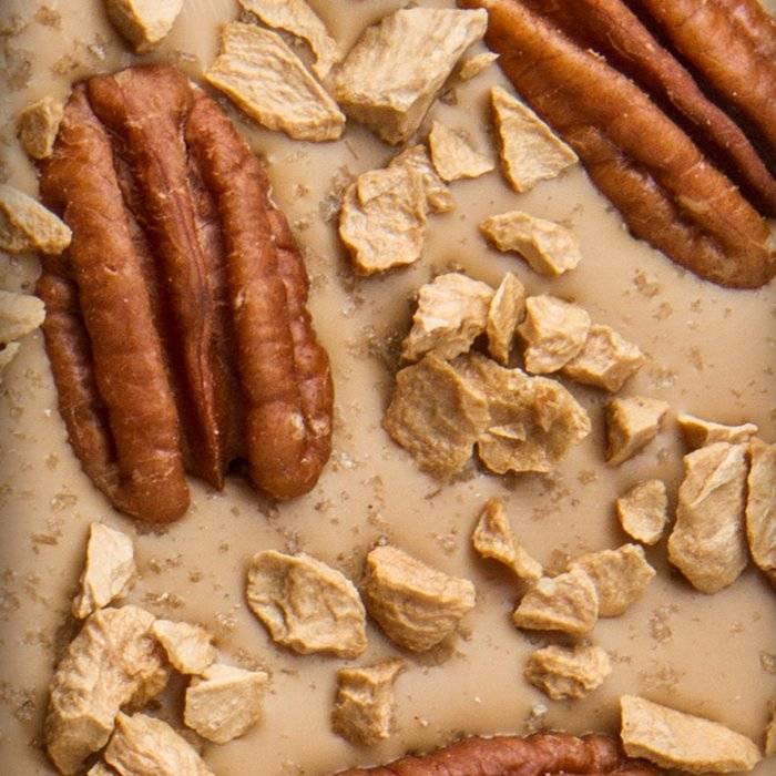 - ENTRÉE | blonde Schokolade mit Gerauchertes Salz, Pekannüsse und Karamell, 100g
