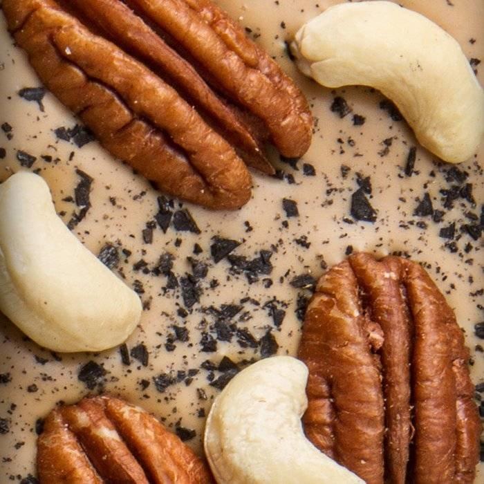 - CARRÉ   Valhrona 32% blonde Schokolade mit Schwarzes Salz, Pecannüsse, Caschewnüsse, 50g