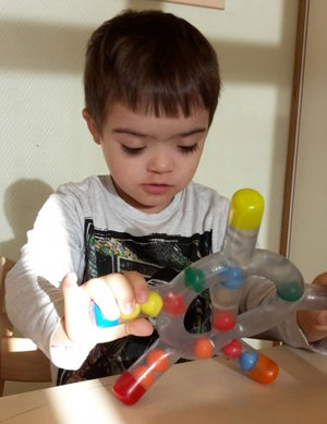 kind met beperking speelgoed