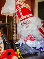 Sinterklaas enthousiast over speelgoed voor kind met handicap