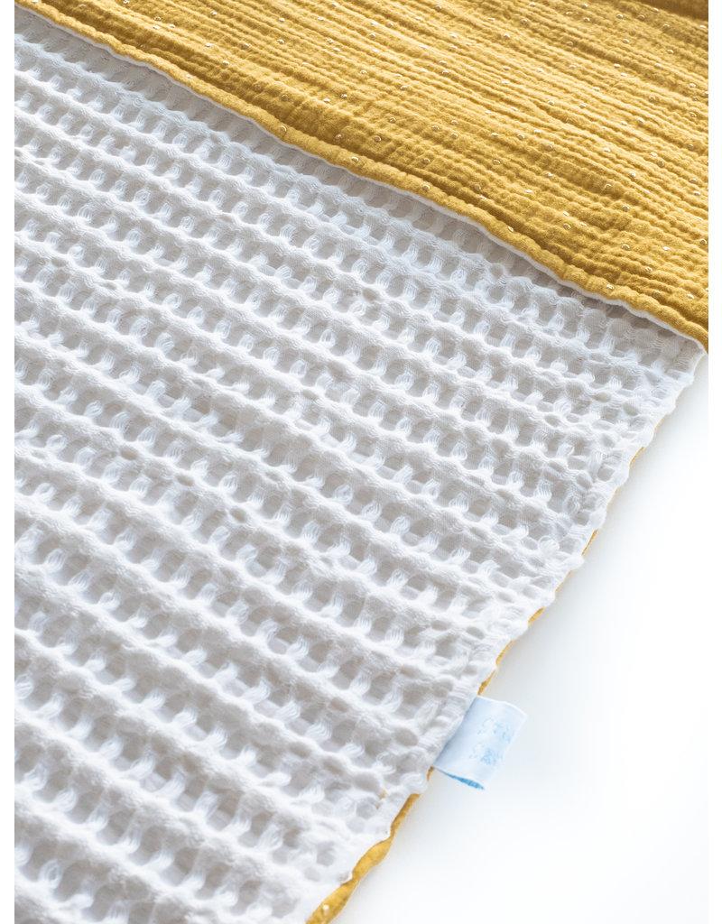 Wiegdenkentje in witte wafelstof en oker hydrofiel