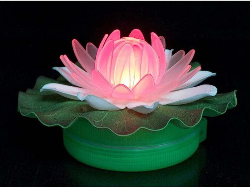 Drijvende waterlelie met LED verlichting