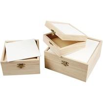 3 boîtes en bois avec du carton