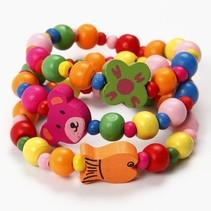 Travaux fixée au 1er bracelet avec des perles et des ours en bois