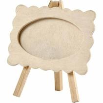 Cadre en bois avec le bord ondulé, monté sur un chevalet