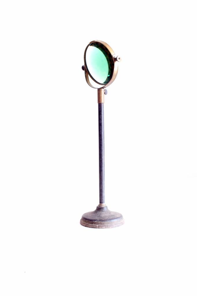 Antieken vergrootglas op metalen voet