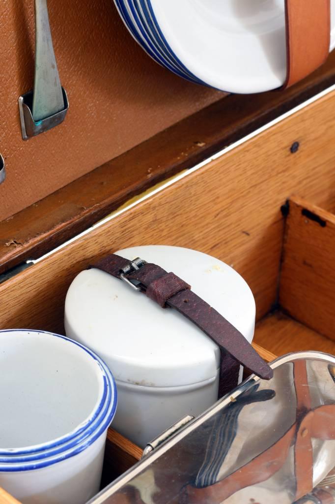 Antieken picknick koffer in massief hout.