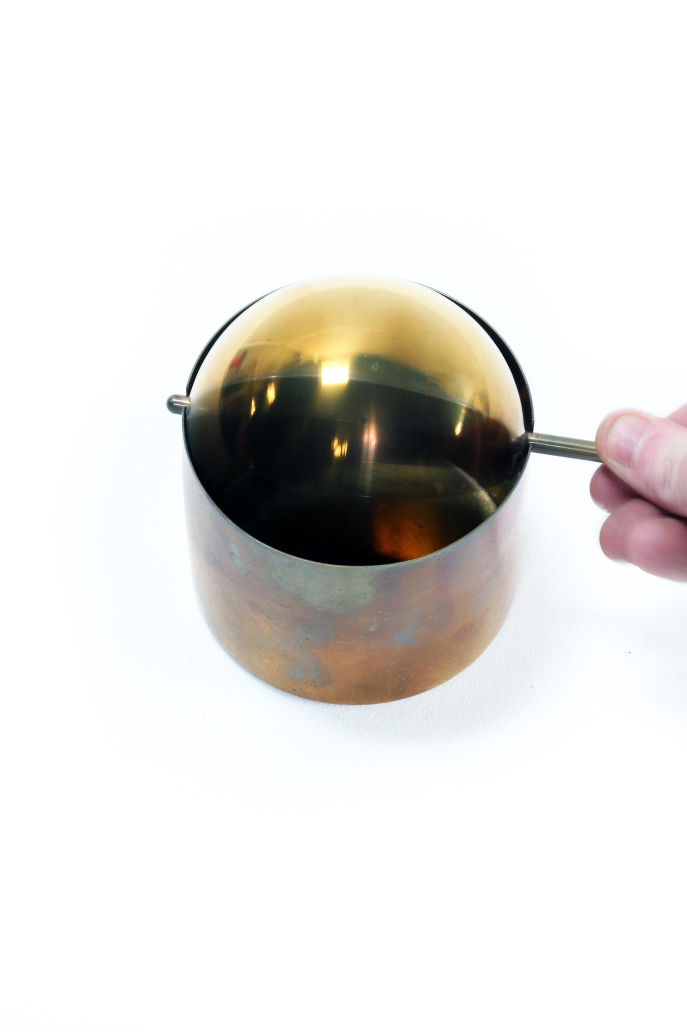 De klassieke kantelasbak van Arne Jacobsen voor Stelton