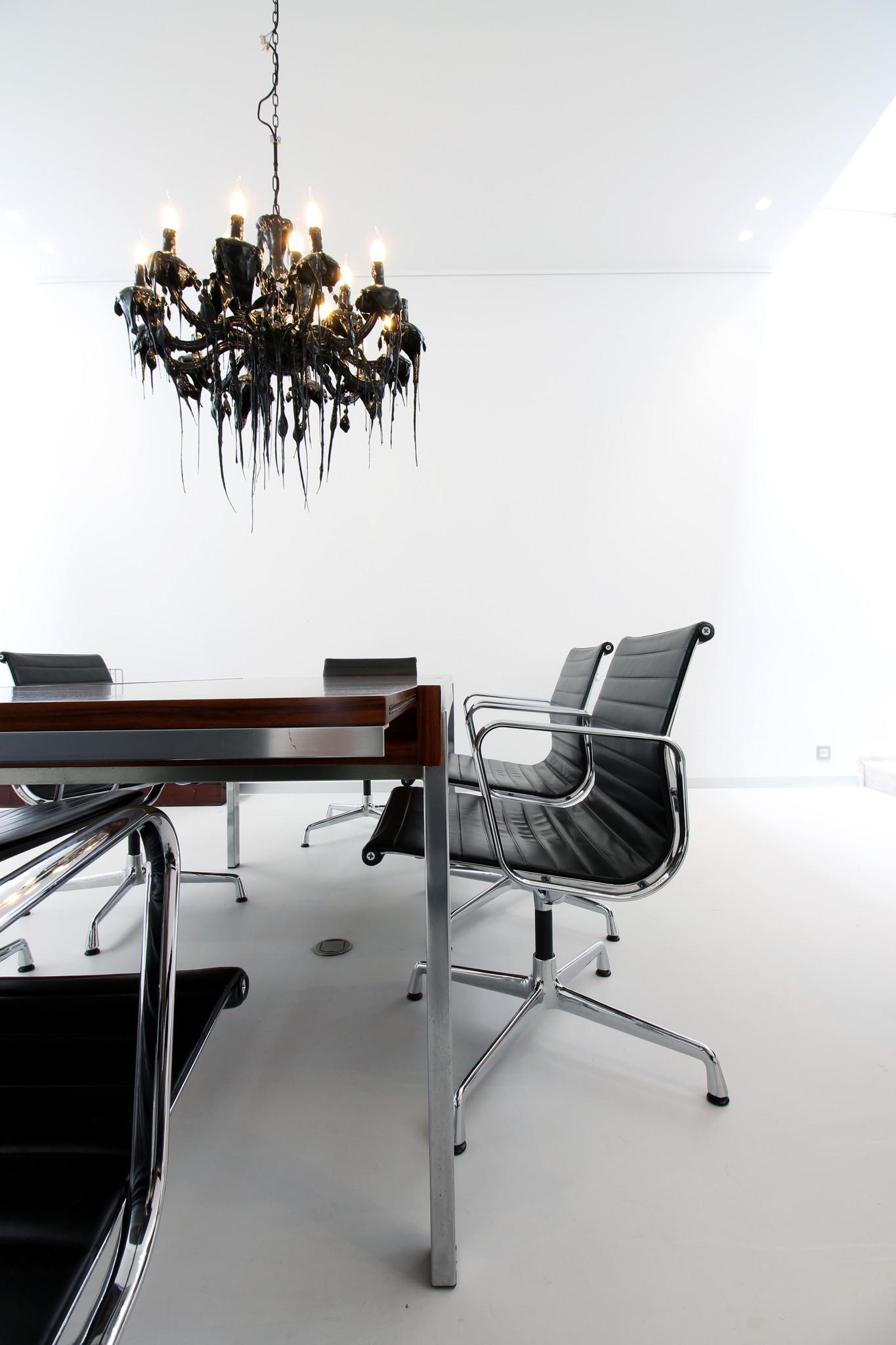Charles Eames stoelen EA104 leder