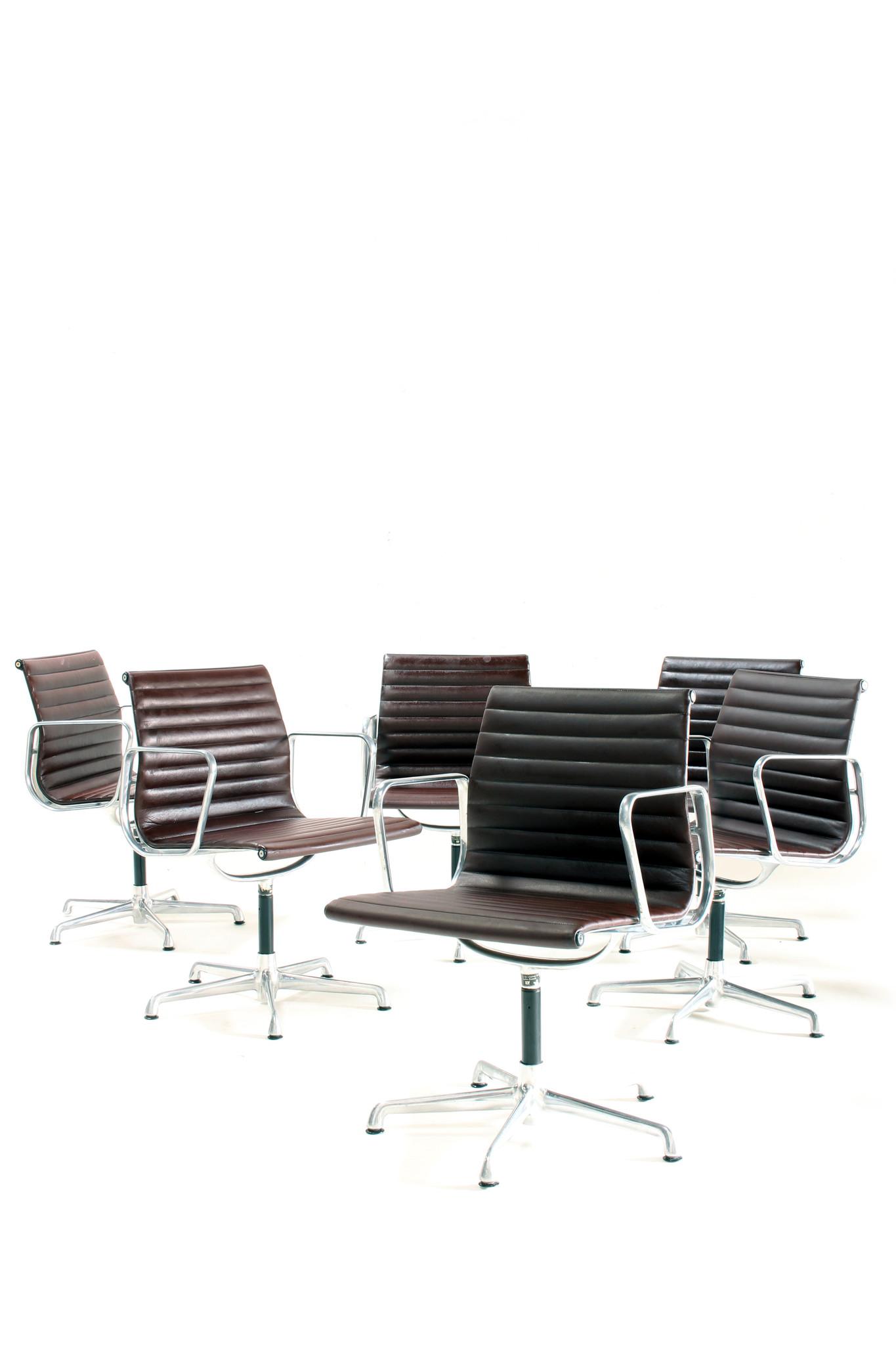 Vintage Charles Eames stoelen EA108 in leder