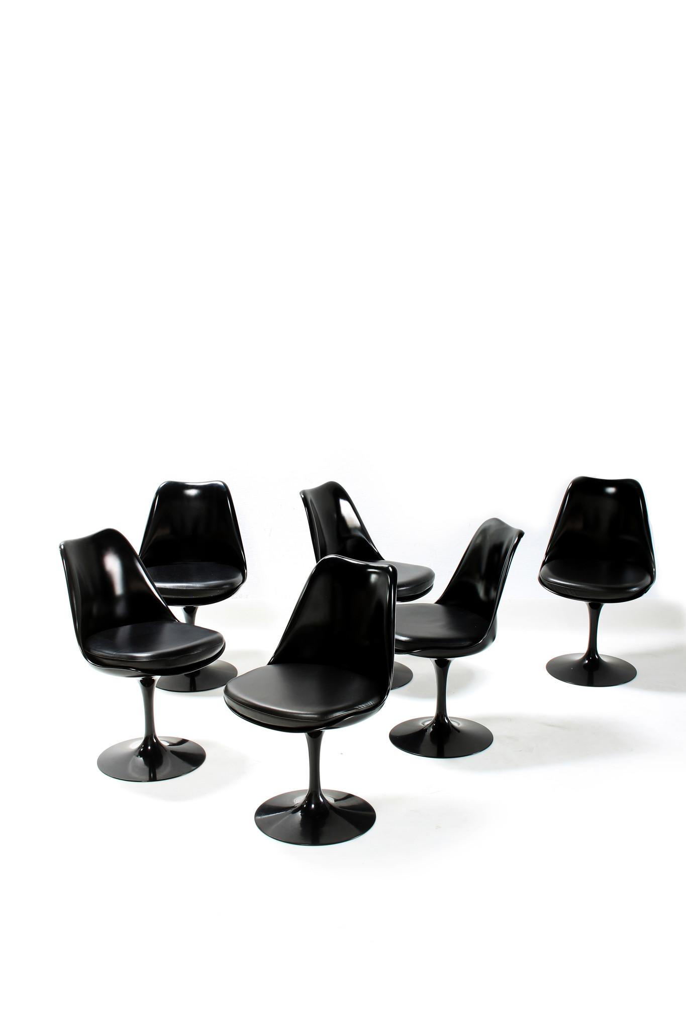 Eero Saarinen Knoll ovalen tafel met bijhorende tulip stoelen.