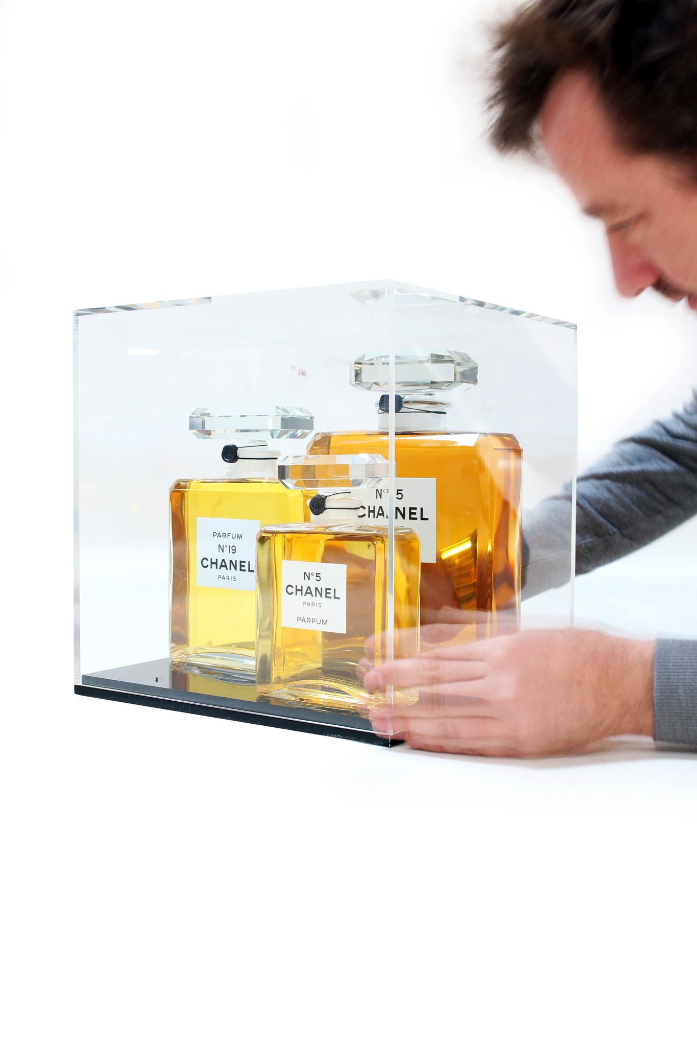 Grote Chanel parfum flessen in vitrine