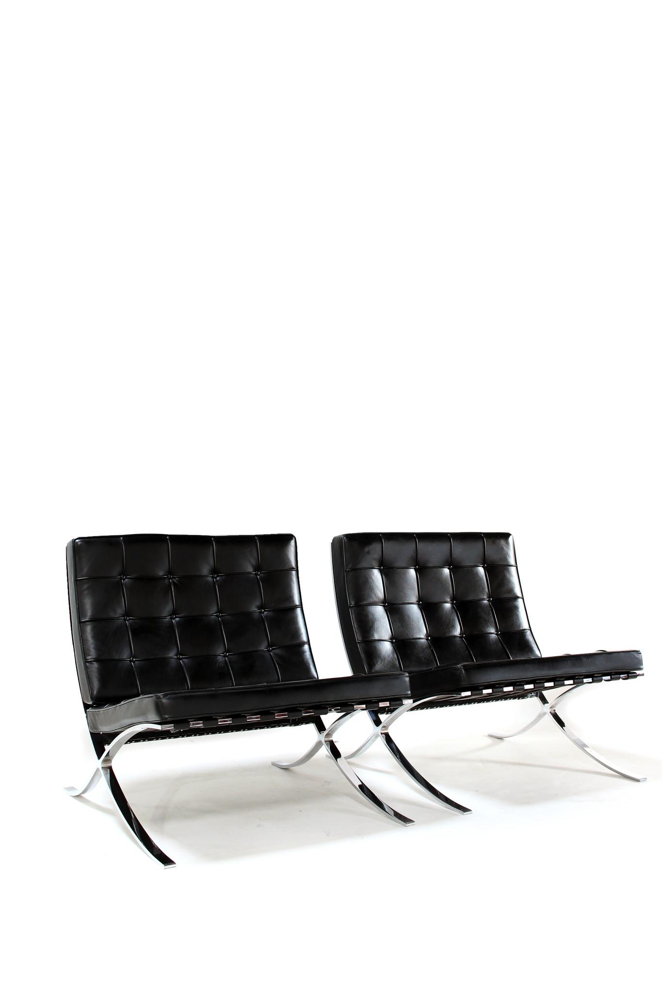 Set van 2 Barcelona Chairs voor Knoll ontworpen door Mies Van der Rohe