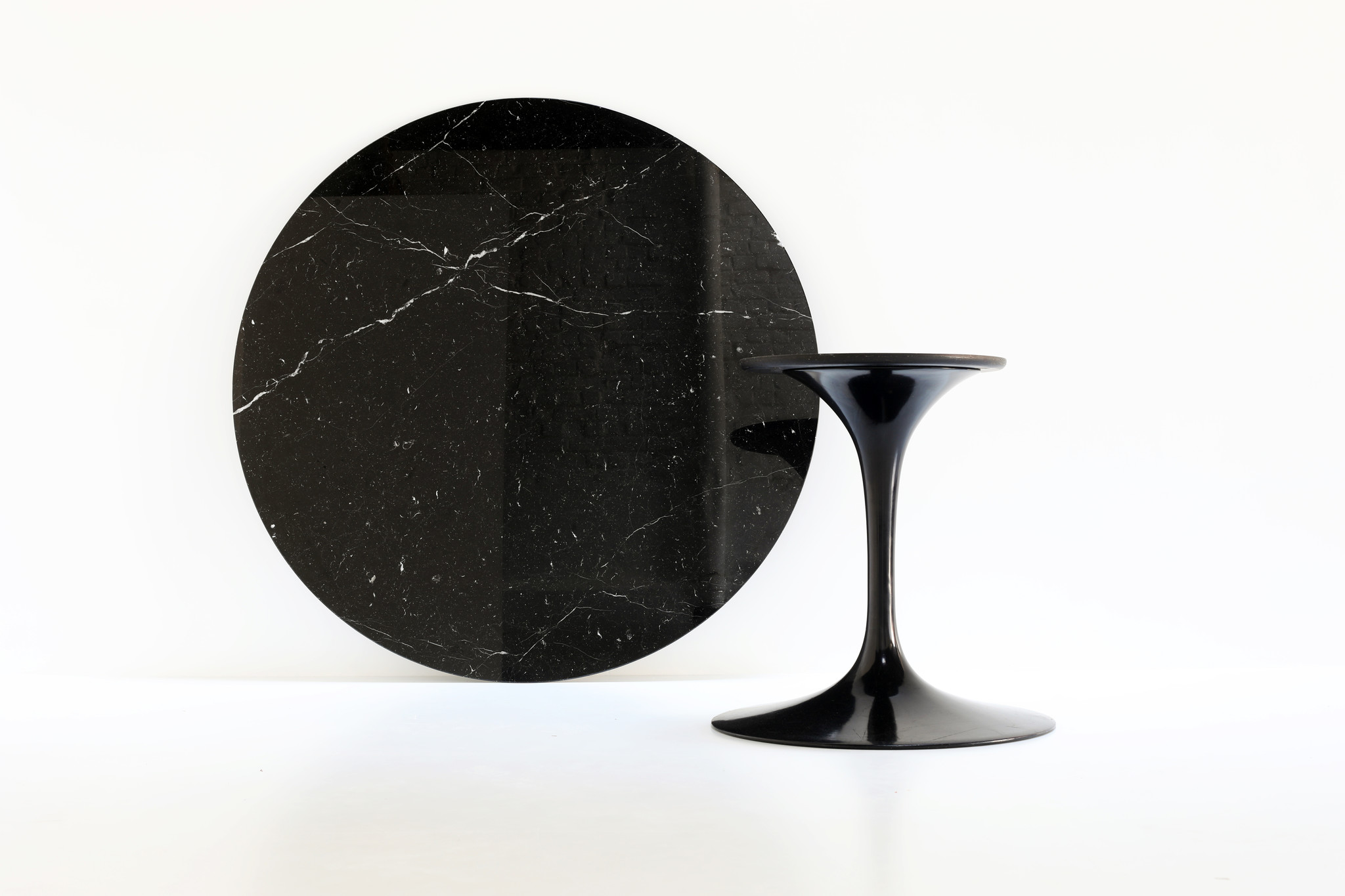 Round Knoll tulip table in black marble by Eero Saarinen for knoll