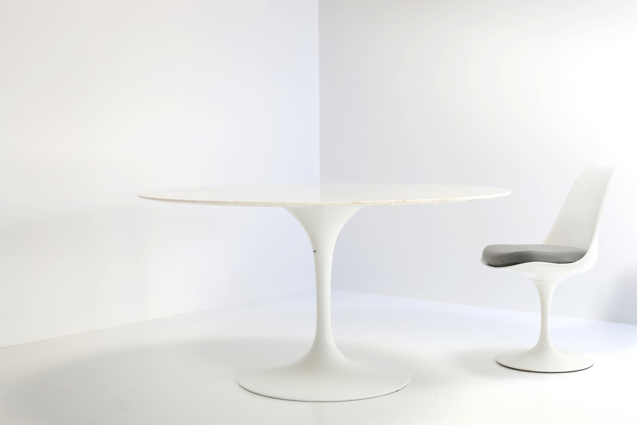 Tulip table designed by Eero Saarinen for Knoll, 1957
