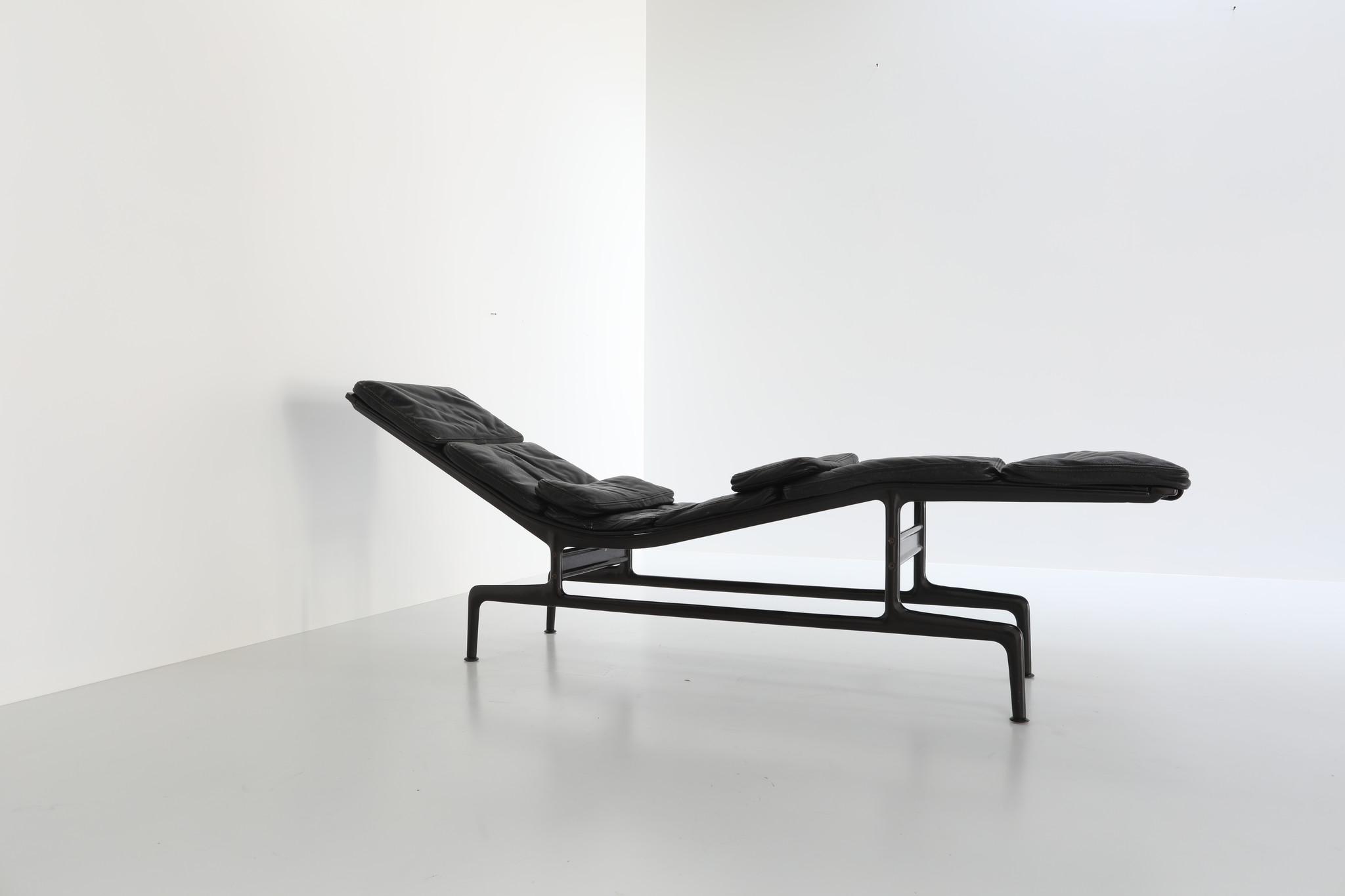 Charles  Eames Chaise Longue ES106