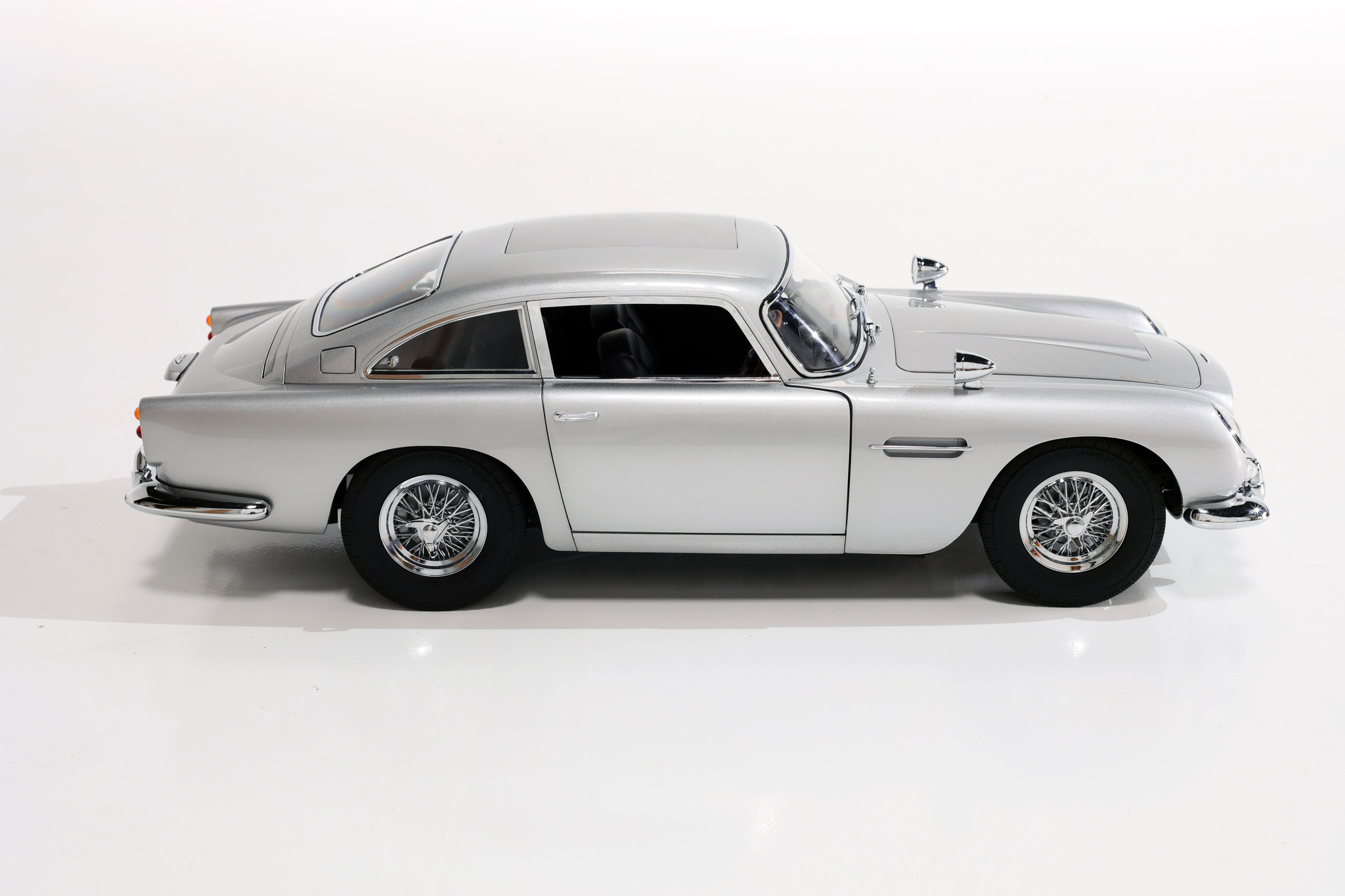 "Aston Martin DB5 scale 1: 8 ""James Bond"""