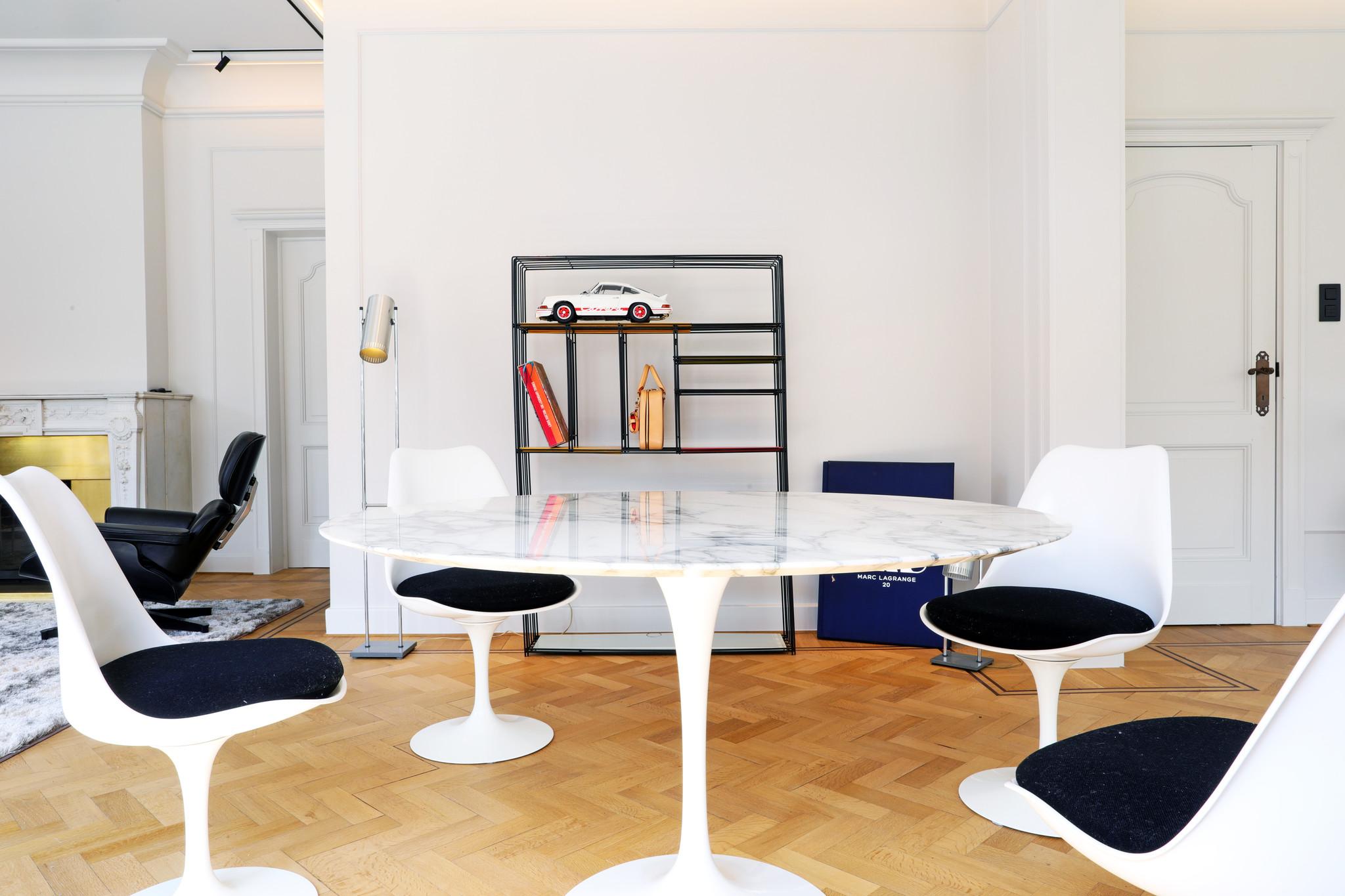 Knoll marble Tulip table designed by Eero Saarinen