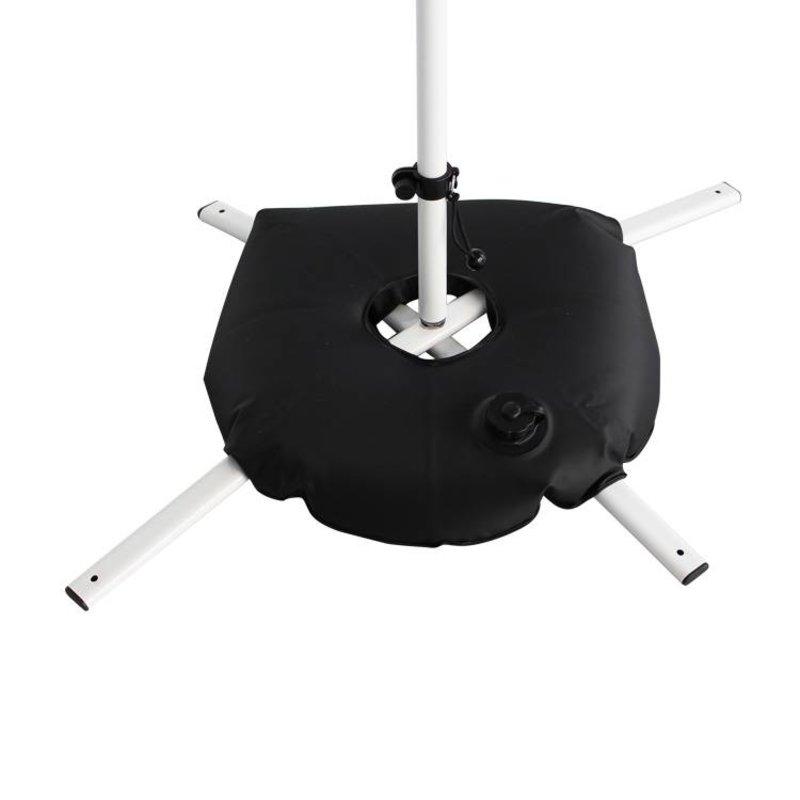 Base de pé cruzado branco, com saco de água preto