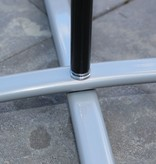 Base de pé cruzado cinza, com saco de água cinza