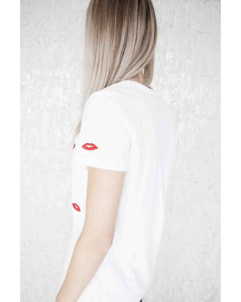KISS ME WHITE - T-SHIRT