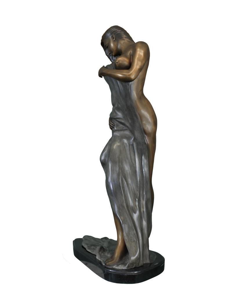 Filomena – Sinnliche Frauenskulptur auf Marmorsockel