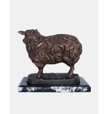 Ovium – Schafskulptur auf Marmorsockel