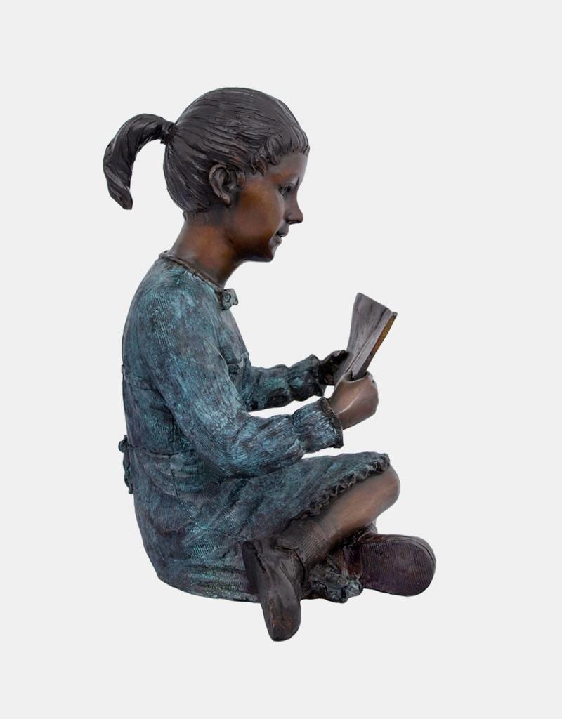 Hermine – Bronzeskulptur eines lesenden Mädchens