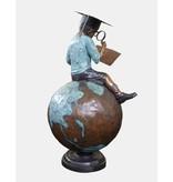 Summa cum laude – Große Bronzefigur auf Sockel