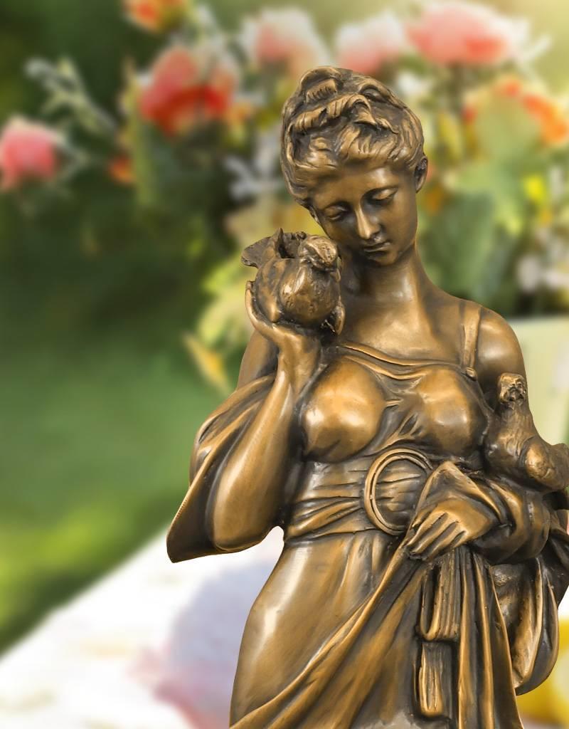 Amna – Elegante Frauenskulptur aus Bronze