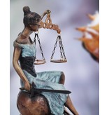 Sitzende Justitia – Bronzeskulptur auf Marmorsockel
