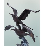 Mare – Fliegendes Möwenpaar auf Marmorsockel