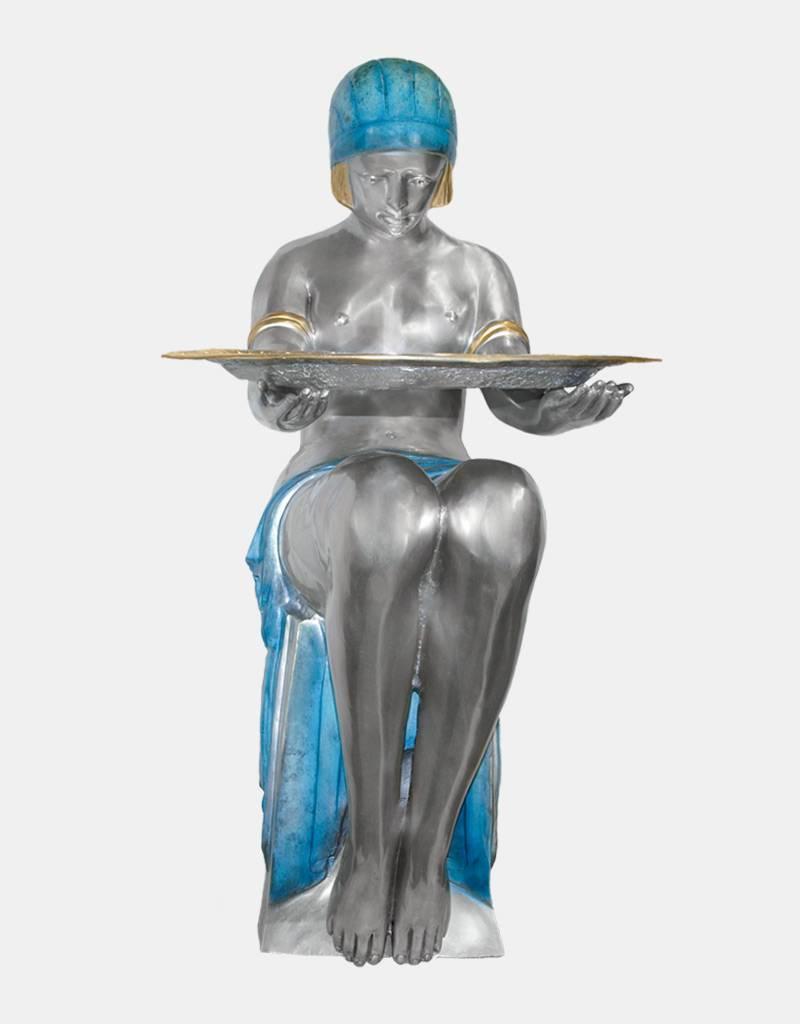 Tamara – Sitzende Frau mit Tablett Bronzefigur