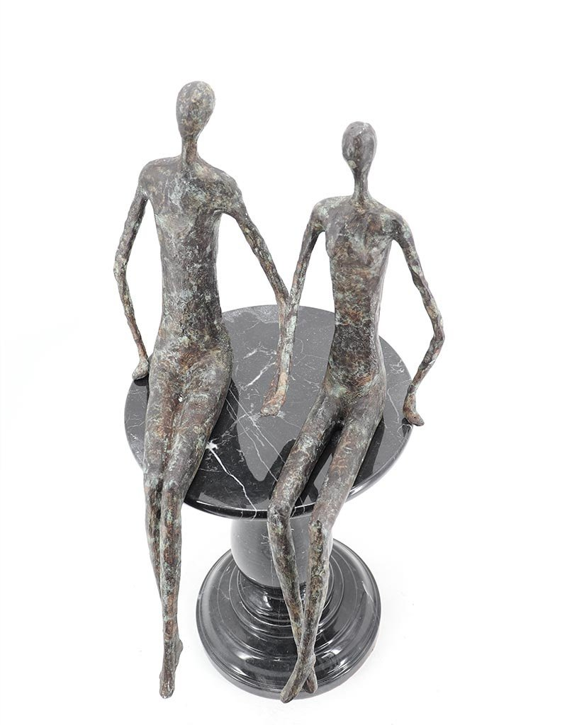 La Main – Kantenhocker zwei Bronzefiguren