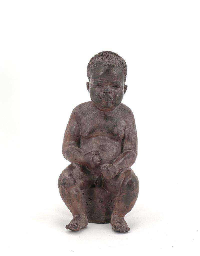 Otto – Mürrischer Knabe Bronzefigur auf Topf