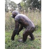 Pan – Schimpanse aus Bronze in Lebensgröße
